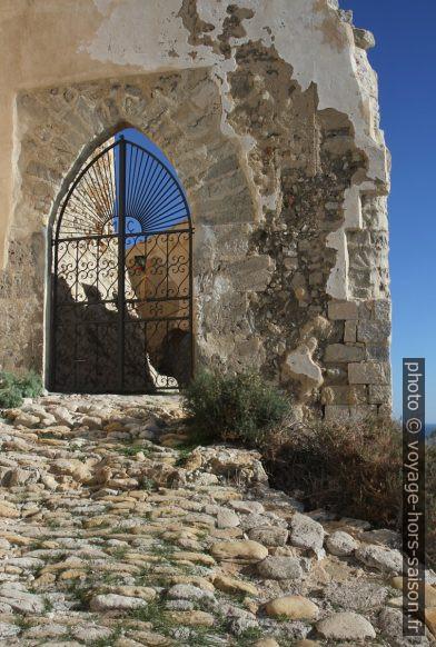 Portail d'entrée au du Castello di Montechiaro. Photo © Alex Medwedeff
