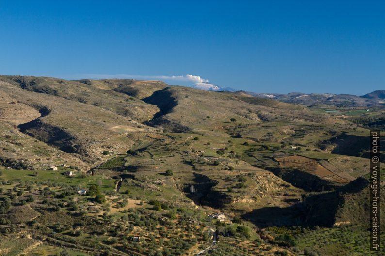 Vue de Butera vers le nord-est et sur l'Etna. Photo © Alex Medwedeff