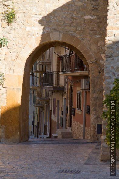 Portail du Château arabo-normand de Butera. Photo © Alex Medwedeff