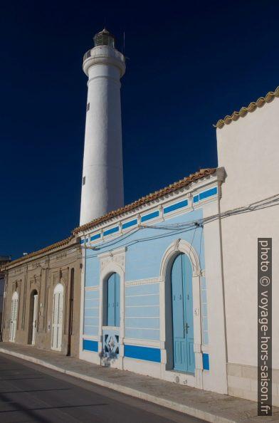 Phare de Capo Scalambri devant une maison en front de mer. Photo © Alex Medwedeff