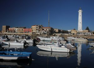 Bateaux dans le port de Punta Secca et le Faro di Capo Scalambri. Photo © Alex Medwedeff