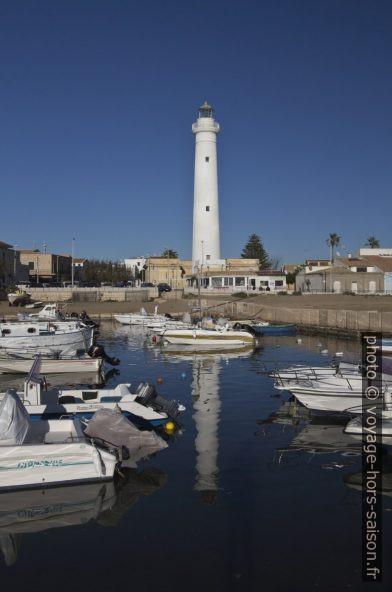 Bateaux du port de Punta Secca et le phare de Capo Scalambri. Photo © André M. Winter