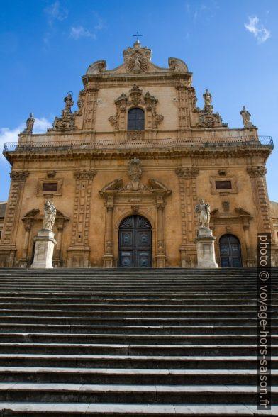 Rampe du parvis de la Chiesa di San Pietro. Photo © Alex Medwedeff