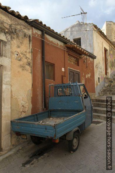 Un Piaggio Ape dans les ruelles raides de Modica. Photo © Alex Medwedeff