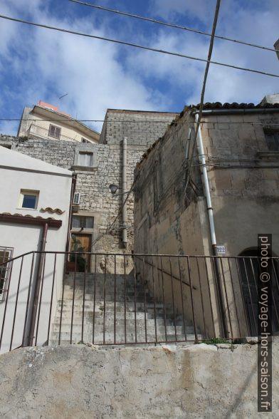 Escalier dans le quartier raide sous le Belvedere Pizzo. Photo © Alex Medwedeff