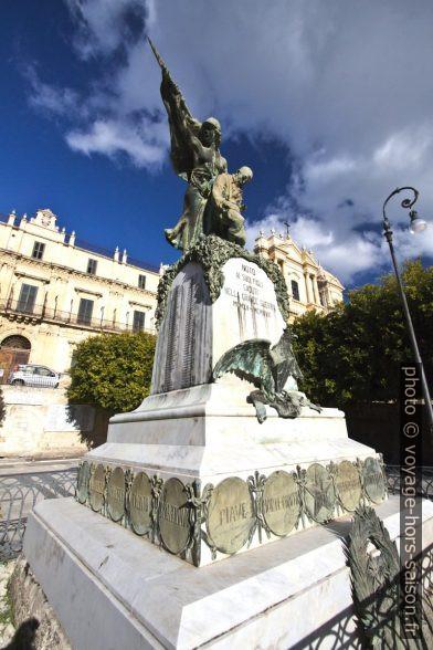 Monument aux morts de la première guerre mondiale à Noto. Photo © André M. Winter