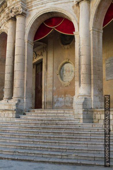 Arcades du Palazzo Ducezio. Photo © Alex Medwedeff