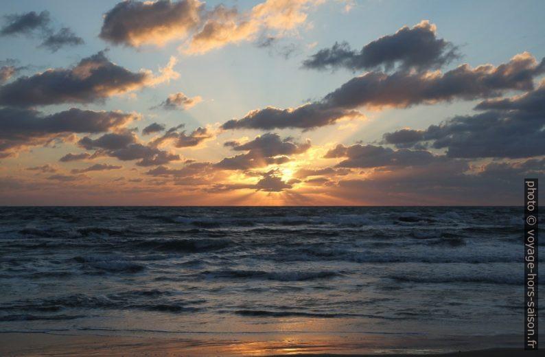 Coucher de soleil sur la mer. Photo © Alex Medwedeff