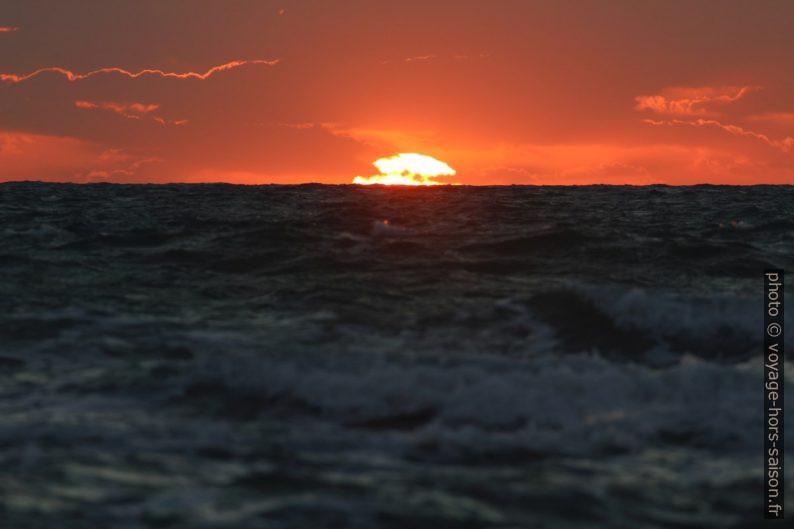 Le disque du soleil plonge dans la mer. Photo © André M. Winter
