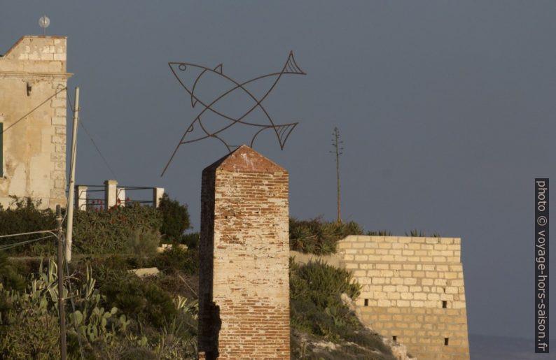 Sculpture sur la cheminée de la tonnara de Portopalo. Photo © André M. Winter