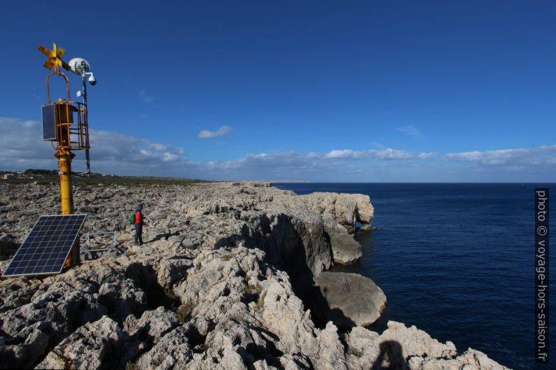 Feu sur la côte escarpée au nord de Capo Murro. Photo © André M. Winter