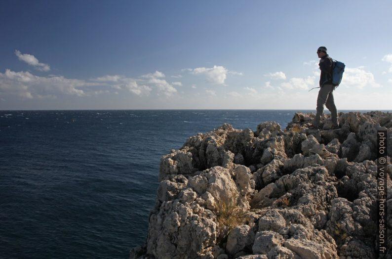 André sur la côte escarpée de la Penisola della Maddalena. Photo © Alex Medwedeff