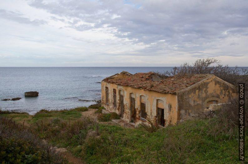 Ruine de la deuxième guerre mondiale sur la Punta della Mola. Photo © André M. Winter