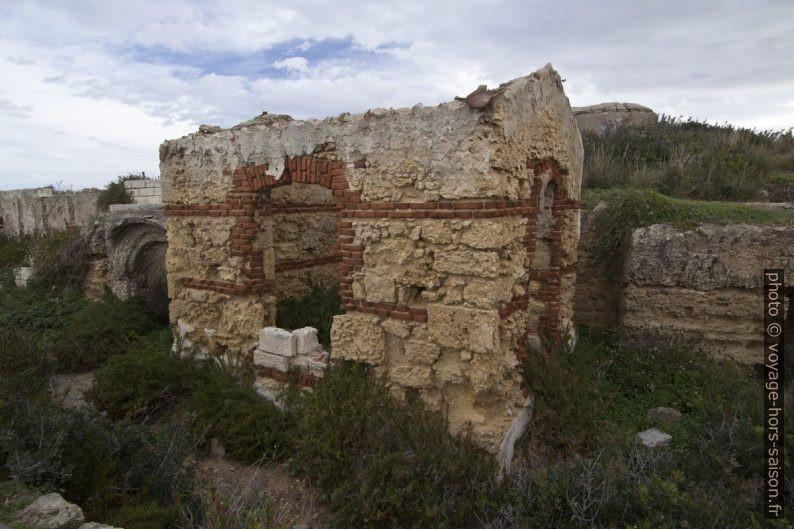 Ruine de la seconde guerre mondiale à la Punta della Mola. Photo © André M. Winter