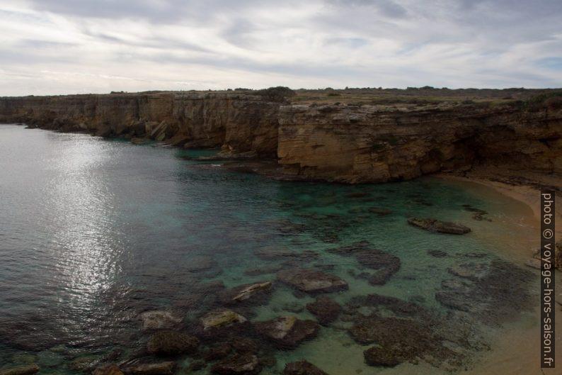 Côte calcaire au sud de la Punta della Mola. Photo © Alex Medwedeff