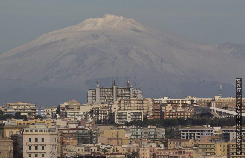 Immeubles modernes de Syracuse et l'Etna derrière. Photo © André M. Winter