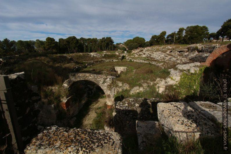 Les entrées de l'amphithéâtre romain de Syracuse. Photo © André M. Winter