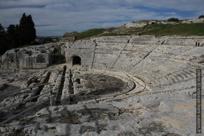 Théâtre grec de Syracuse vue de l'est vers l'ouest. Photo © Alex Medwedeff