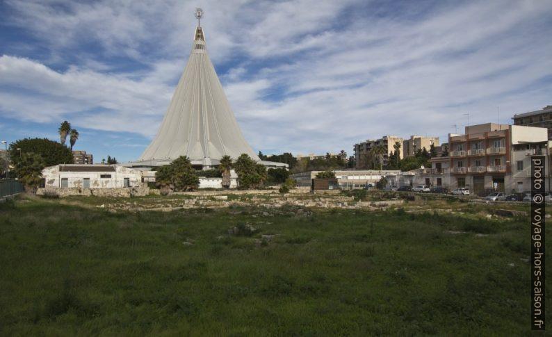 Basilique du Santuario delle Madonna et les ruines au sud. Photo © André M. Winter