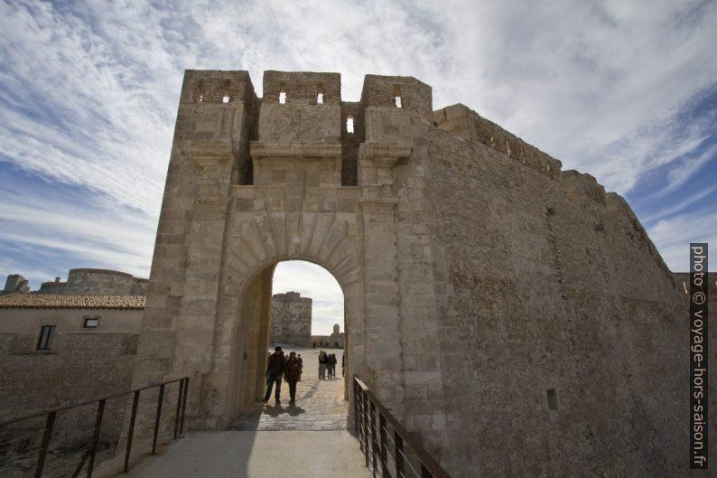 Porte côte terre du Castello Maniace. Photo © André M. Winter