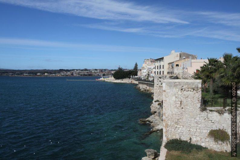 Face ouest de l'Île d'Ortygie. Photo © Alex Medwedeff