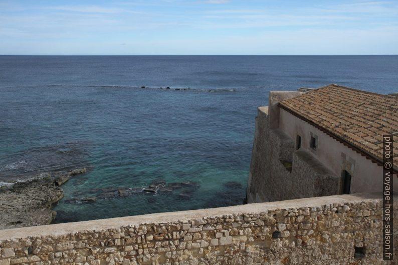Vue du Castello Maniace sur la mer à l'est. Photo © Alex Medwedeff