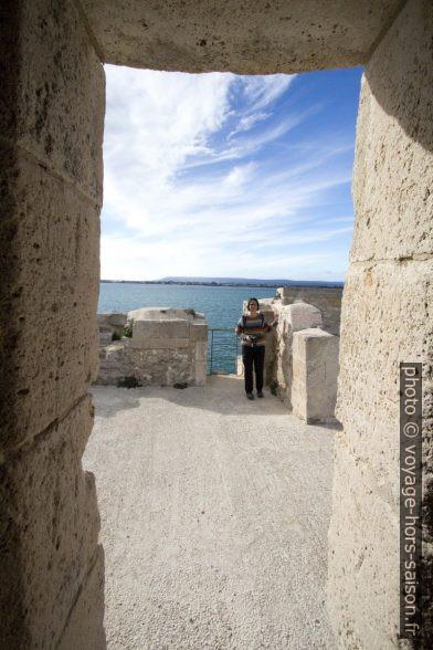 Alex vue d'une échauguette du Castello Maniace. Photo © André M. Winter