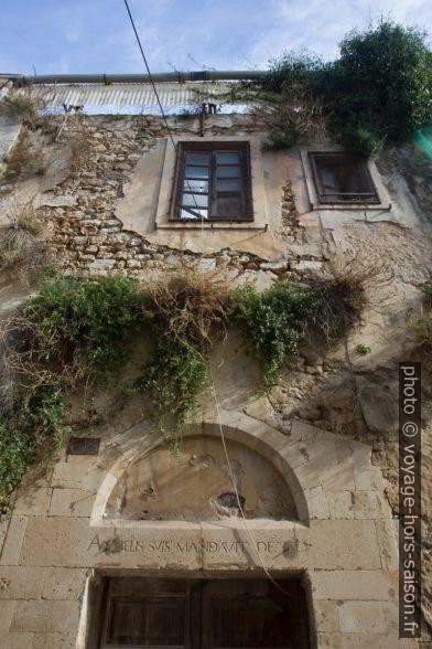 Maison en ruine dans la Via delle Vergini. Photo © Alex Medwedeff