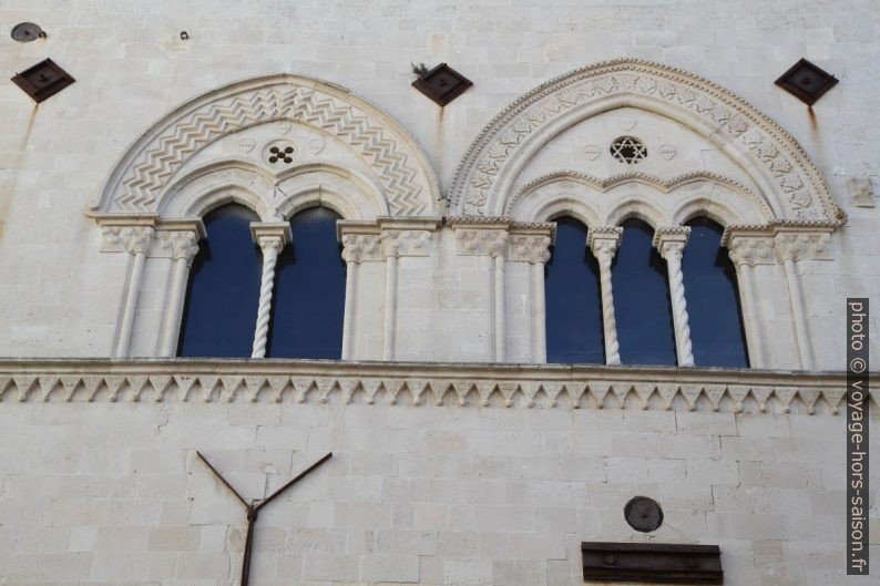 Fenêtres du Palazzo Mergulese-Montalto. Photo © Alex Medwedeff