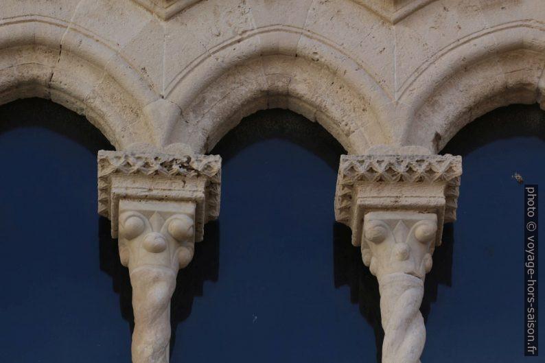 Colonnes et chapiteaux des baies du Palazzo Mergulese-Montalto. Photo © André M. Winter