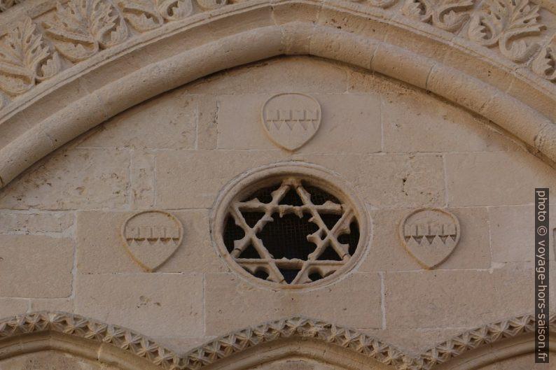 Hexagramme et blason sur la façade du Palazzo Mergulese-Montalto. Photo © André M. Winter