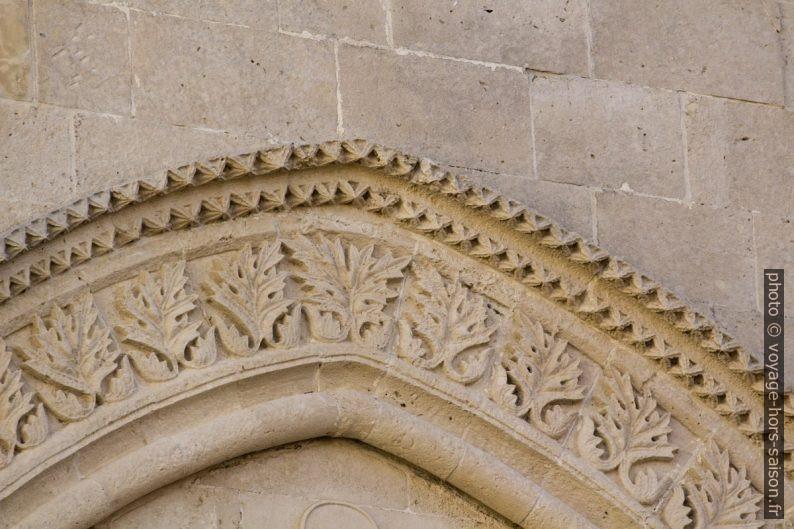 Détail des ciselures d'une frise de fenêtre du Palazzo Mergulese-Montalto. Photo © André M. Winter