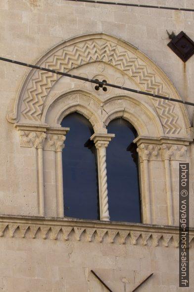Fenêtre à deux baies du Palazzo Mergulese-Montalto. Photo © André M. Winter