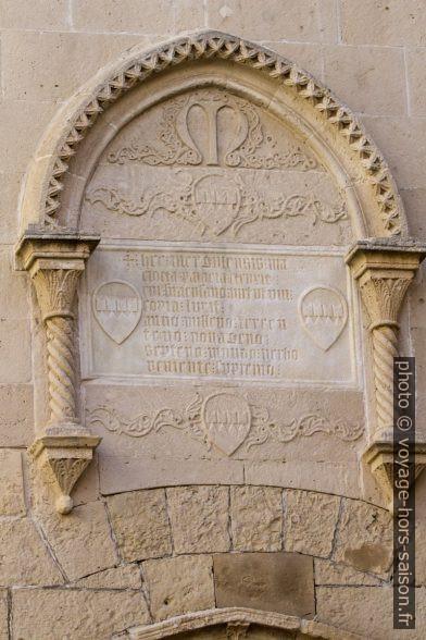 Inscription sur la façade du Palazzo Mergulese-Montalto. Photo © André M. Winter