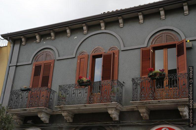 Balcons à Zafferana Etnea. Photo © Alex Medwedeff