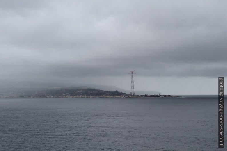 Pilone di Torre Faro sur le Capo Peloro Messina. Photo © Alex Medwedeff