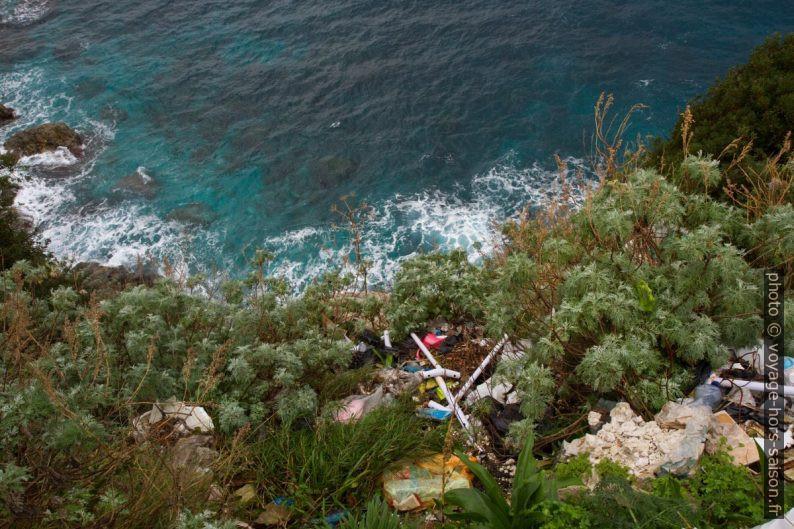 Déchets sous la route de Calabre. Photo © Alex Medwedeff