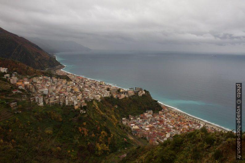 Vue plongeante sur Bagnara Calabra. Photo © Alex Medwedeff