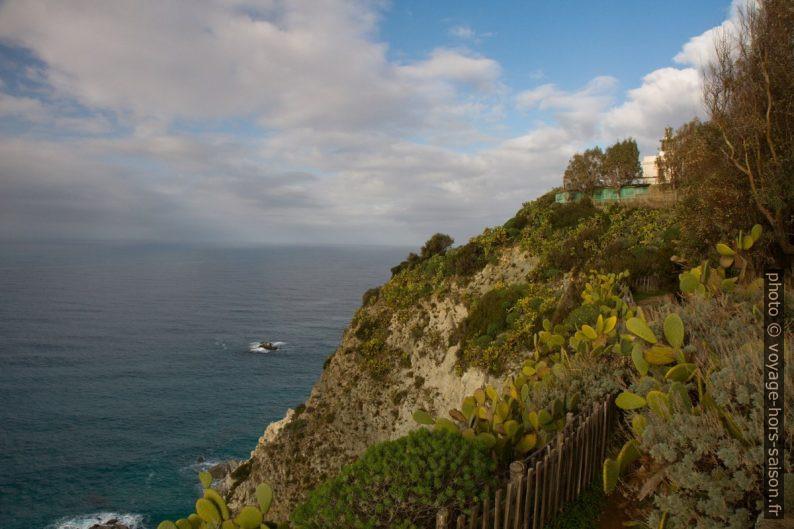 Vue difficile vers le phare de Capo Vaticano. Photo © Alex Medwedeff