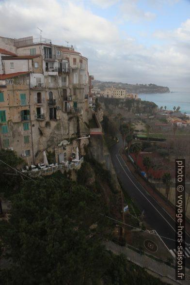 Construction de la ville de Tropea au bord de la falaise. Photo © Alex Medwedeff