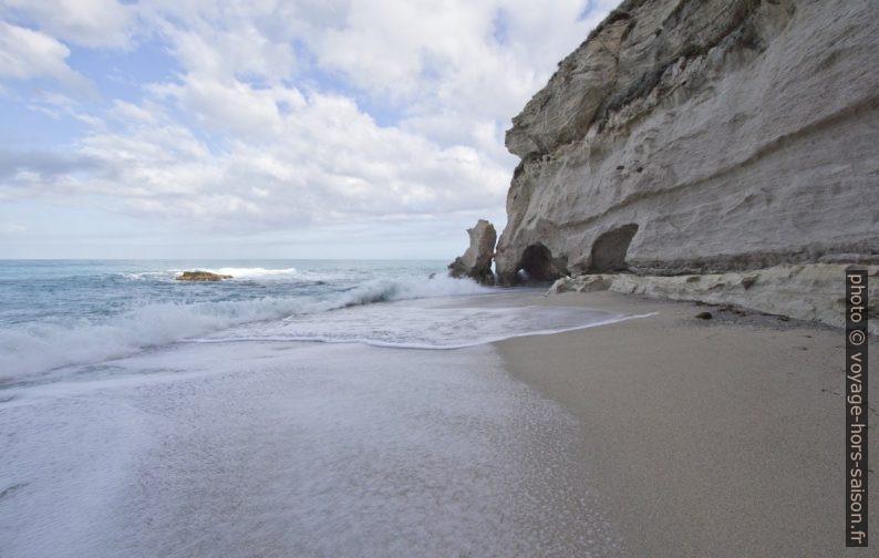 Petite plage sous Santa Maria dell'Isola. Photo © André M. Winter