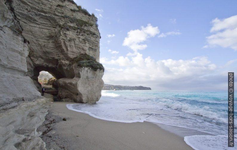Grotte sous Santa Maria dell'Isola et la côte plus au sud. Photo © André M. Winter