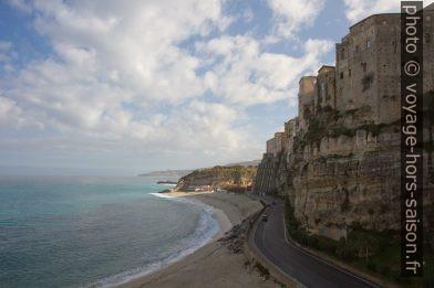 Plages, route et falaise de Tropea. Photo © Alex Medwedeff