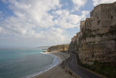 Plages, route et falaise de Tropea. Photo © Alex Medwedeff