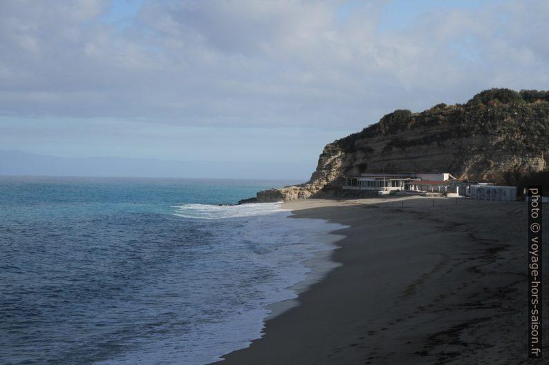 Plage au nord de Tropea et le Scoglio San Leonardo. Photo © Alex Medwedeff