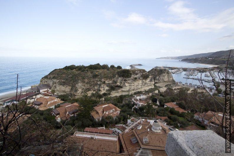 Scoglio San Leonardo entre Tropea et son port. Photo © André M. Winter