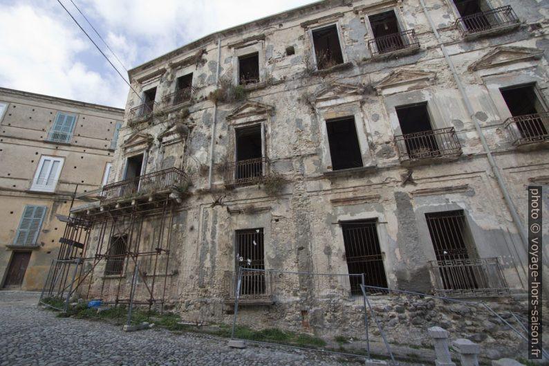 Ruine monumentale du Palazzo Giffone en plein centre de Tropea. Photo © André M. Winter