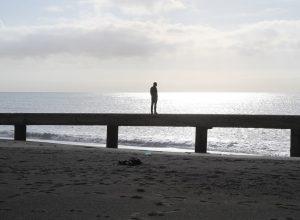 André sur une ruine sur la plage de Nocera Terinese. Photo © Alex Medwedeff