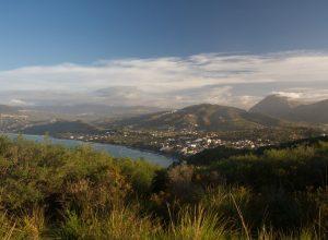 Palinuro, sa côte et ses montagnes vues du phare. Photo © Alex Medwedeff