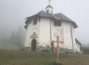 La Chapelle des Vernettes dans la brume. Photo © Alex Medwedeff